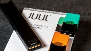 Juul device, along with the Mango and Cool Mint pod.